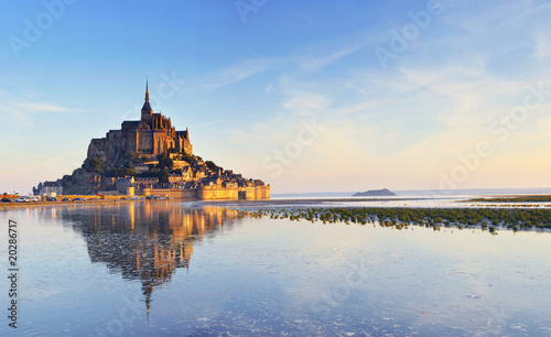 Valokuvatapetti Dawn at Mont Saint Michel. France