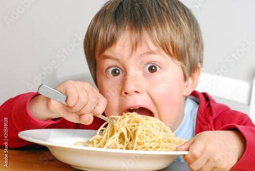 Fotografija  Kind isst Spaghetti