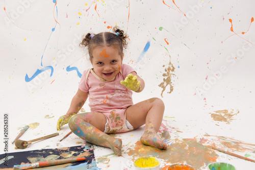 Bébé jouant avec la peinture - bêtise Wallpaper Mural