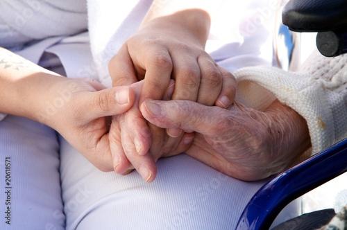 Foto  mains de personnel soignant assistant une personne agée