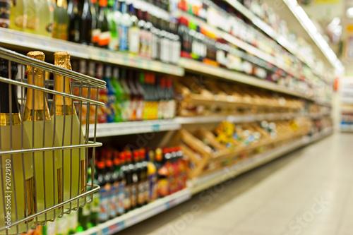 Valokuva  Flaschenregale im Supermarkt