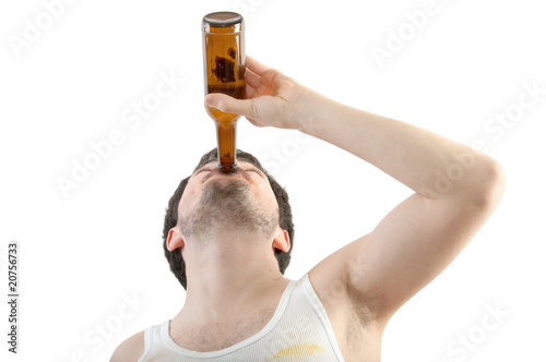 Mann trinkt aus Bierflasche Fototapeta