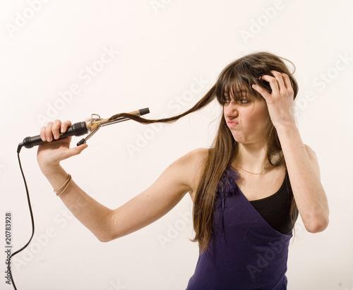 Fotografia jeune femme utilise un fer à friser