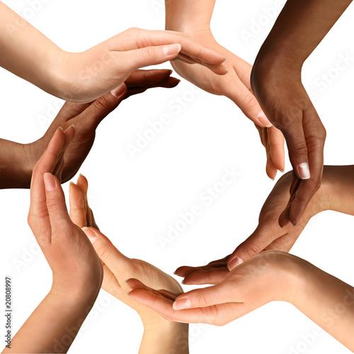 Foto  Gemischtrassige Hände, die einen Kreis bilden