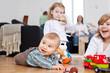 canvas print picture - kinder spielen im wohnzimmer auf dem boden