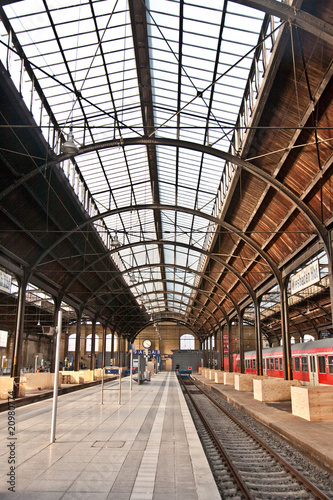 Foto auf AluDibond Bahnhof trainstation, glass of roof gives a beautiful harmonic structure