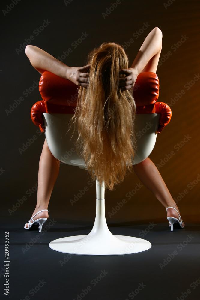 Photo Art Print Frau Lässt Lange Rote Haare über Sessel