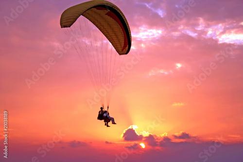 Montage in der Fensternische Luftsport Flight of paraplane above Mediterranean sea on sunset