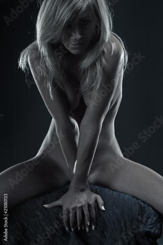 naga-kobieta-z-wyzywajacym-spojrzeniem