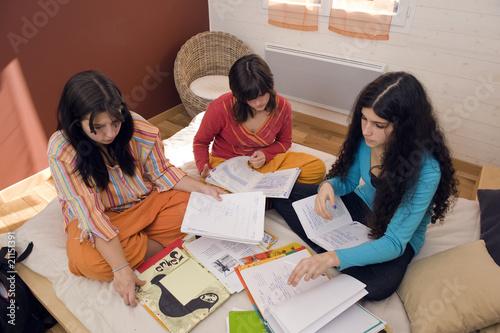 Foto  3 filles travaillant dans une chambre