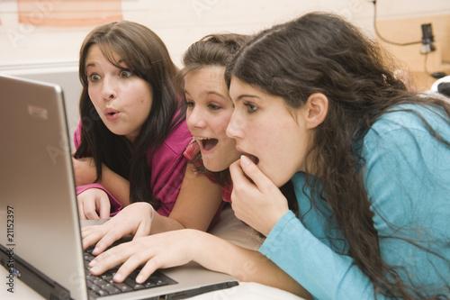 Billede på lærred Jeunes filles surprises devant un écran d'ordinateur
