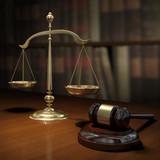 Martello da giudice e bilancia - 21415972