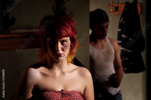 Plakaty o przemocy przerazona-mloda-kobieta