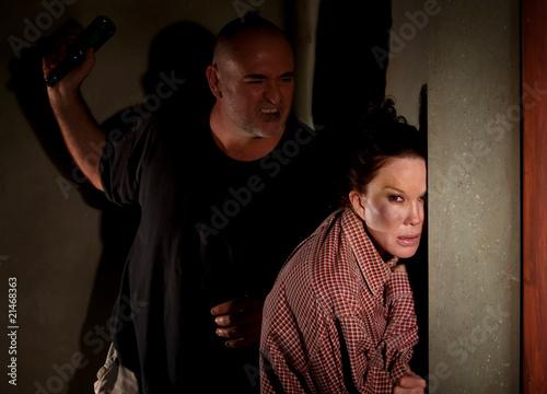Plakaty o przemocy przestraszona-kobieta-w-korytarzu-z-groznym-mezczyzna