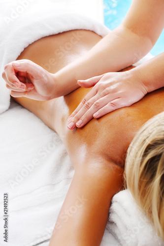 massage-techniques-v-kobieta-odbierajaca-profesjonalne