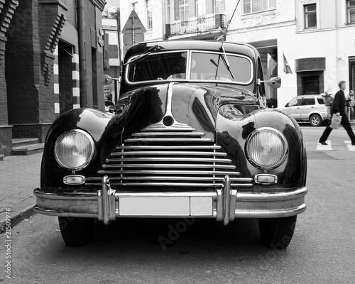 Fototapety czarno białe   retro-samochod-na-ulicy-w-kolorze-czerni-i-bieli