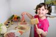 Mädchen beim Fleisch zubereiten
