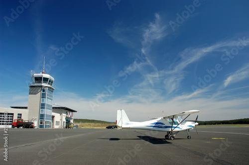 Sportflugzeug auf dem Flugplatz Wallpaper Mural