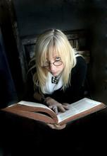 Retrato De Uma Bela Mulher Loira Com óculos E Velho Livro