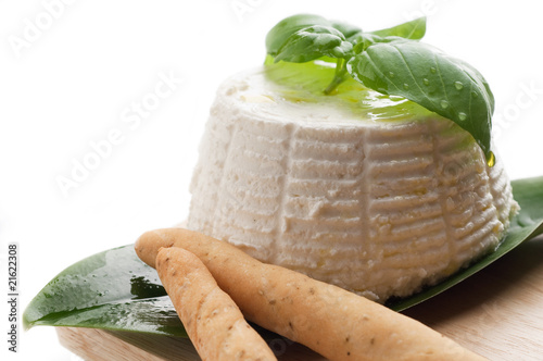 Photo ricotta and basil with breadstick