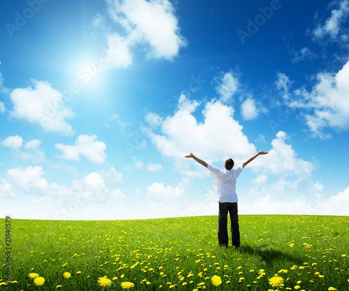 Fotorollo basic - field of grass and happy young man (von Iakov Kalinin)