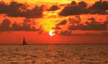 Catamaran Au Crépuscule Sur L'océan Indien
