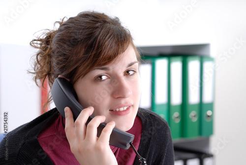 au bureau: jeune femme au téléphone Canvas Print