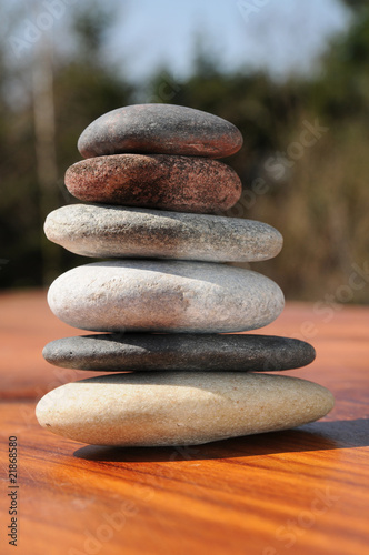 Photo Stands Stones in Sand Stapel Flusskiesel in Balance
