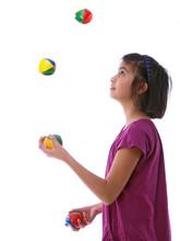 Ein Kind Jongliert Mit 4 Bällen Freigestellt Auf Weißem Hintergrund