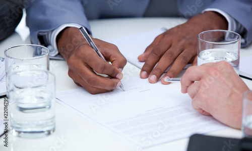 Photo Close-up of ambitious business people closing a deal