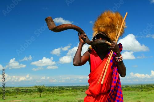 Staande foto Afrika Masai warrior playing traditional horn
