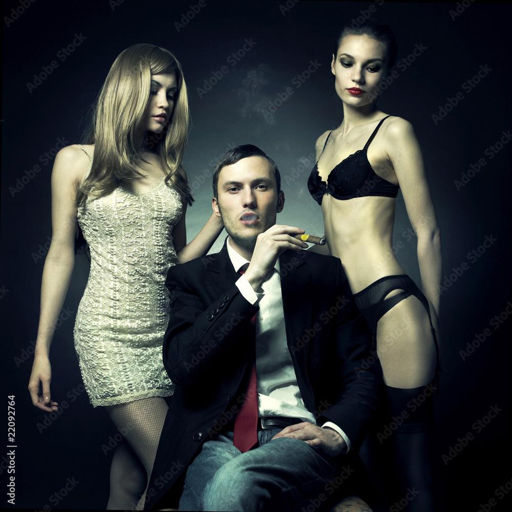 Fototapety, obrazy: Przystojny mężczyzna i dwie kobiety