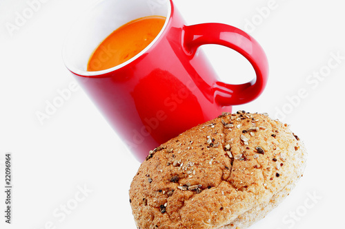 Photo Cup of Tomato Soup with Brown Roll