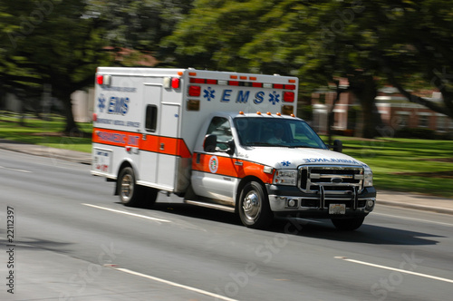 Photo A speeding ambulance, with motion blur