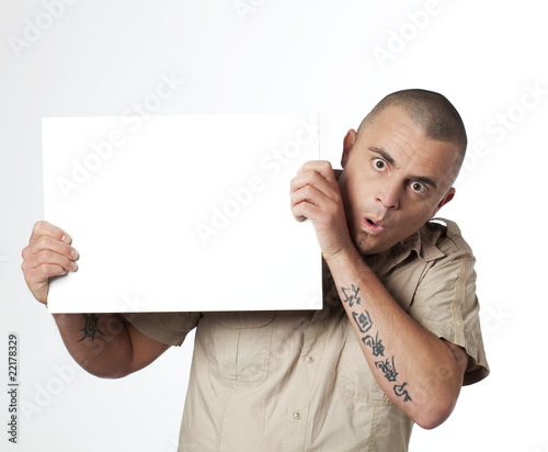 Valokuva  jeune homme tatoué publicité