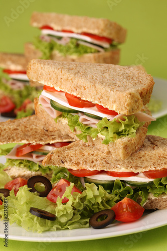 Staande foto Snack Healthy sandwiches with ham, camembert and vegetables