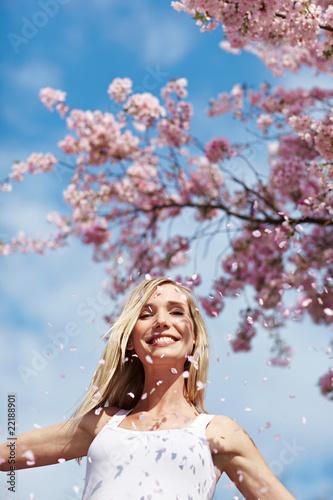 Lachende Frau unter Kirschbaum Wall mural