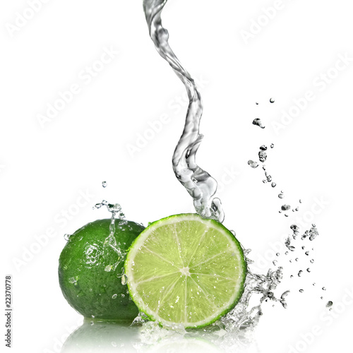 Spoed Foto op Canvas Opspattend water Water splash on lime isolated on white