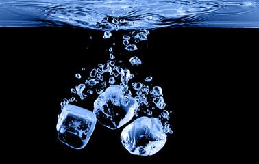kostki lodu spadły do wody z pluskiem