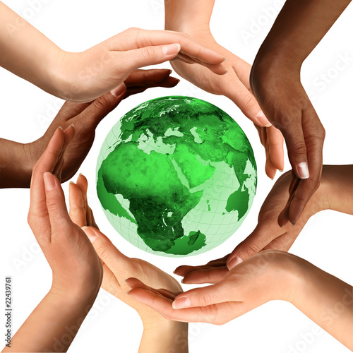 Plakaty ekologiczne multiracial-hands-around-the-earth-globe