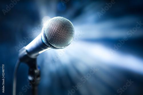 mikrofon-na-scenie