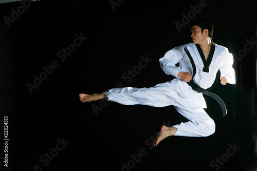 фотографія one asian man is playing with taekwondo