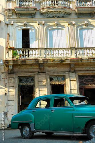 Türaufkleber Autos aus Kuba Green vintage car parked in Havana street
