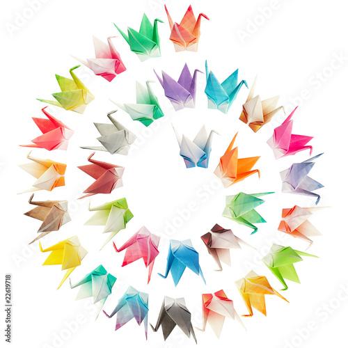 ptaki-origami-ulozone-w-ksztalcie-spirali-i-na-bialym-tle