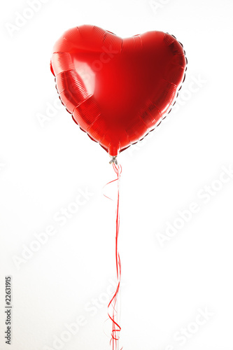 Obraz na plátne Red heart ballon with red and white strings on white fond