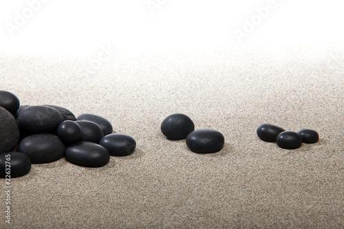 Photo sur Plexiglas Zen pierres a sable Ambiance zen - pierres noires et sable