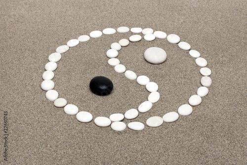 Photo sur Plexiglas Zen pierres a sable Ying Yang en petit caillou
