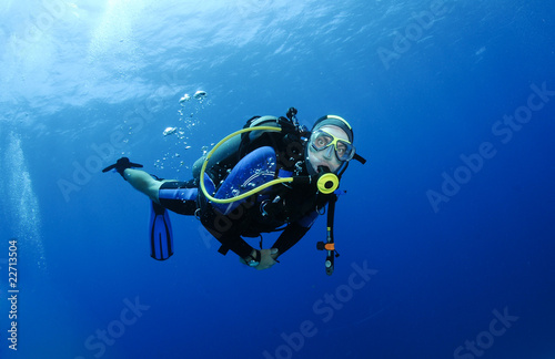 Spoed Foto op Canvas Duiken scuba diver in clear blue water
