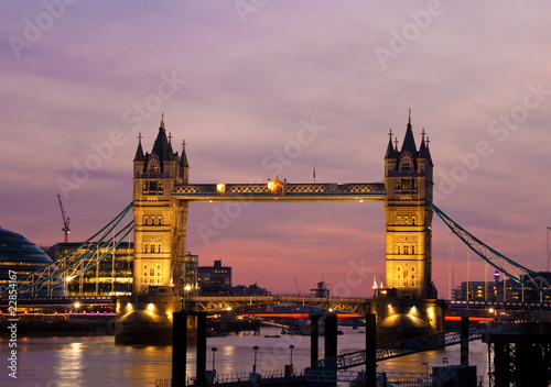 Poster Londres View of the Tower Bridge in London at sunset
