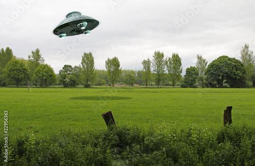 Deurstickers UFO UFO über grüner Wiese